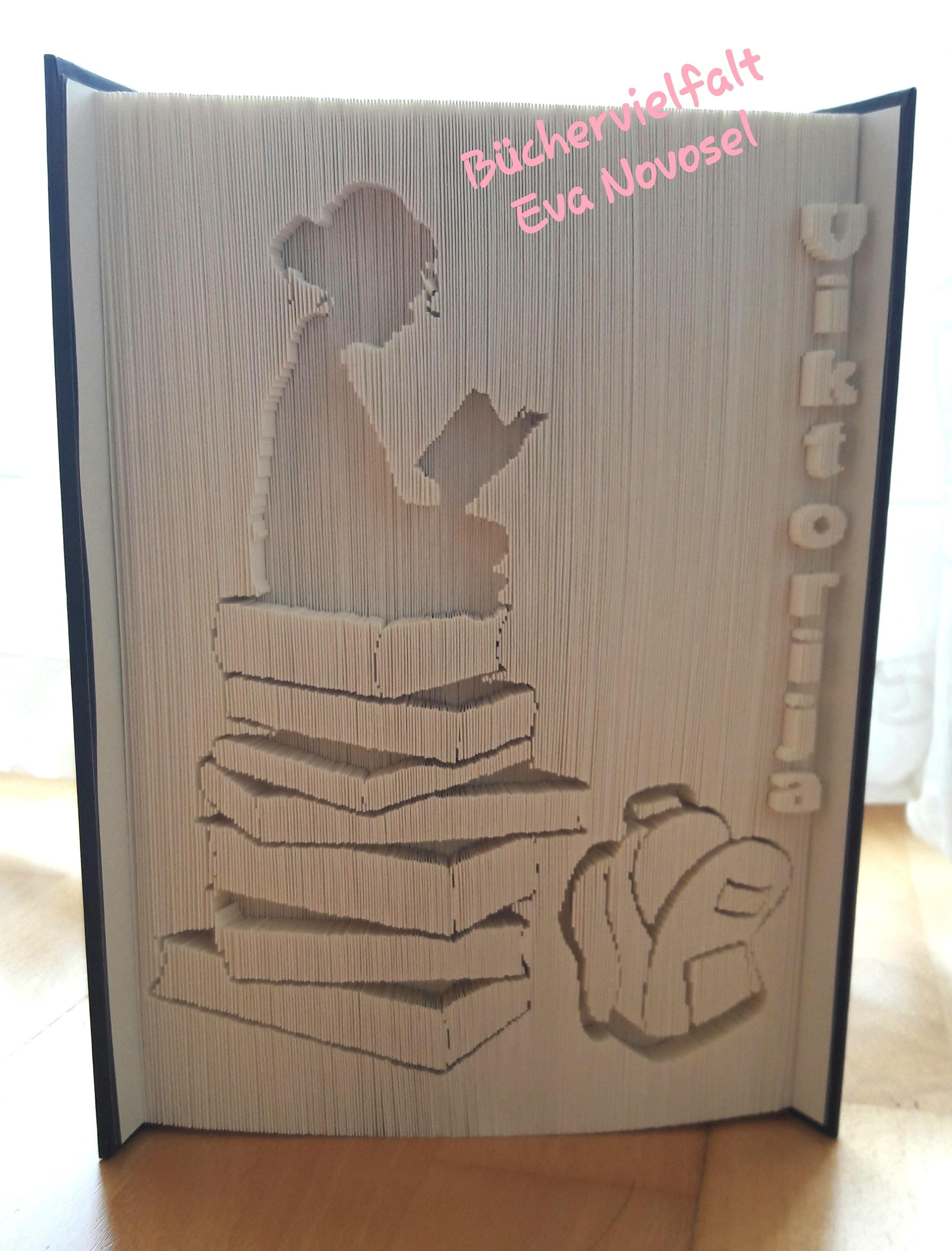 gefaltetes Buch Mädchen auf Bücherstapel mit Schultasche