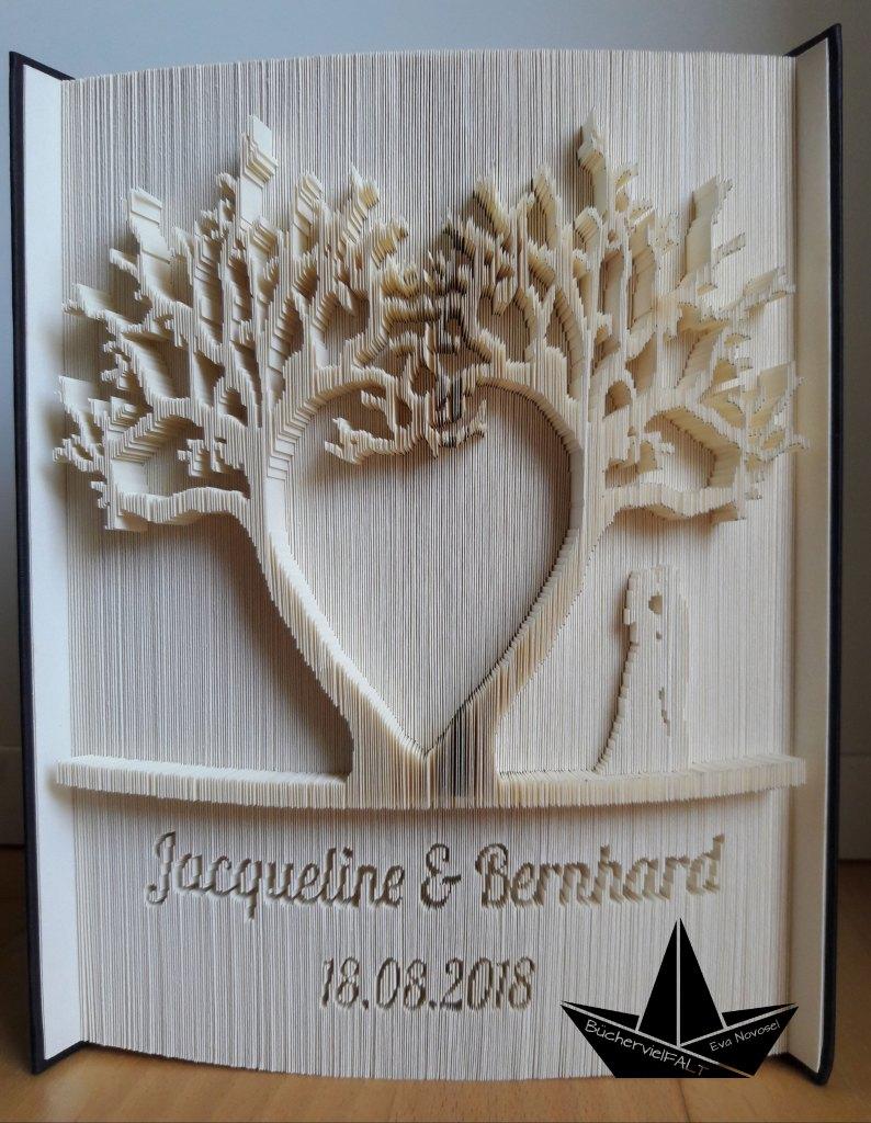 Herzbaeume und Brautpaar