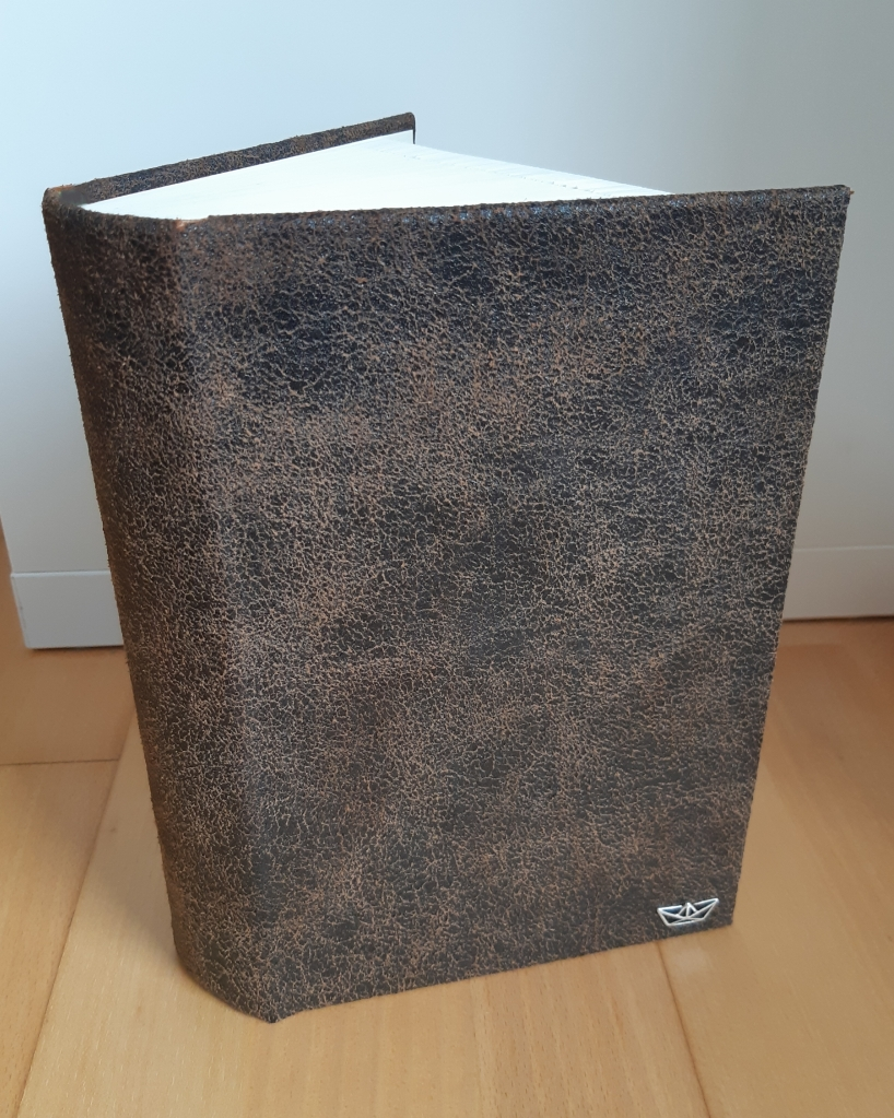 gefaltetes Buch mit Ledereinband